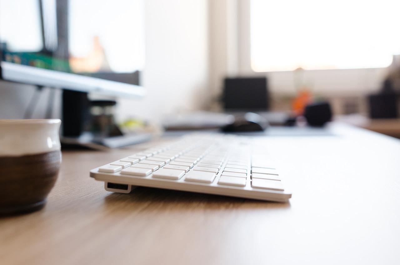 Biała klawiatura i monitor