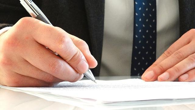 prawnik podpisuje umowę