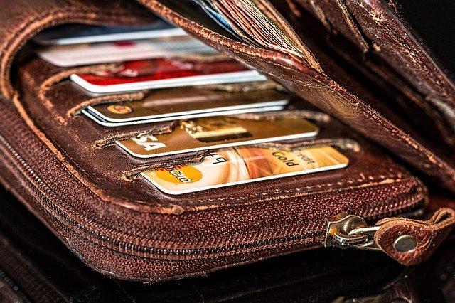 karty płatnicze w portfelu
