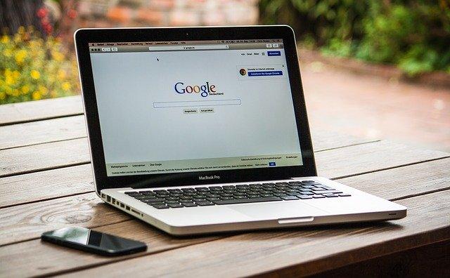 wyszukiwarka Google na laptopie