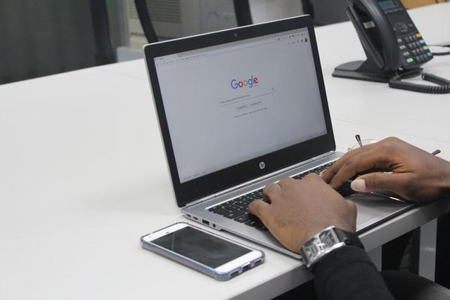 Laptop z przeglądarką Google